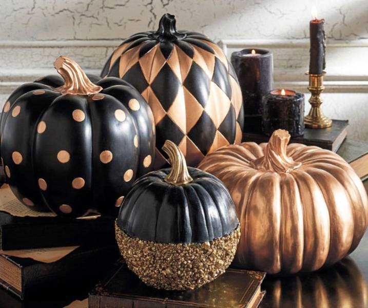fascinating-interior-room-with-creepy-halloween-decorations-using-big-and-small-fake-pumkin