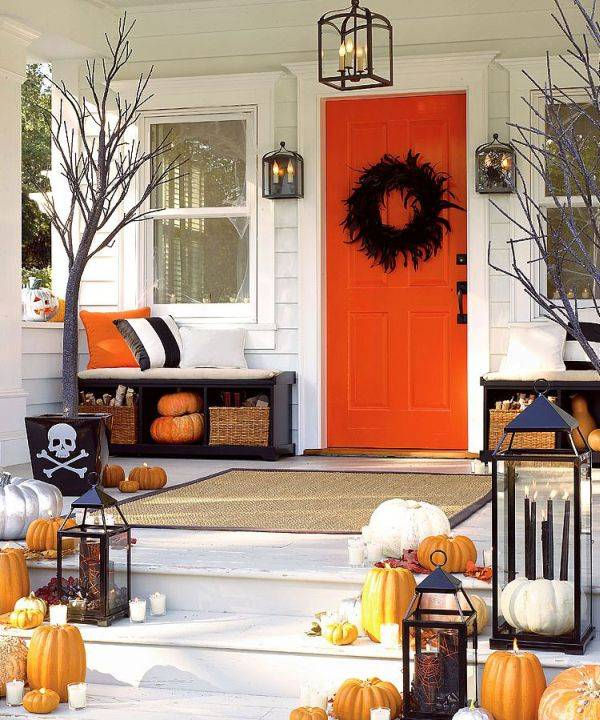 orange-accent-door-drives-home-the-theme